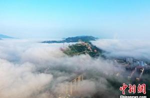 平流雾笼罩重庆小镇景观壮美