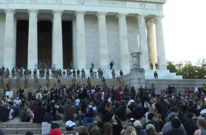 """白宫之后,数百人聚集在林肯纪念堂前""""和平示威"""""""