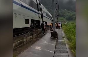 突发!一广州南始发动车,在贺州境内因落石受阻,多趟列车晚点