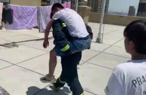 年轻男子压力大醉酒欲跳楼,消防员一番劝解后将其背下天台
