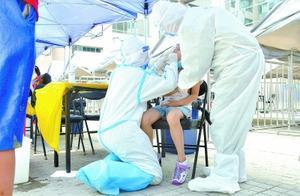白衣天使跪着为孩子做核酸检测:我低一些,他们就不那么害怕了