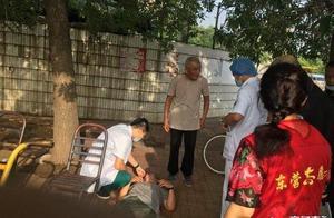 老人突然晕厥倒地,热心市民暖心救助