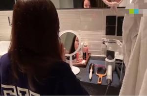 45岁佘诗曼对镜练习普通话,遭经纪人背后偷拍,意外曝光素颜