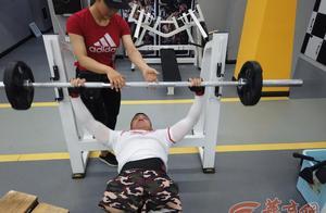 身残志坚!28岁无腿小伙在西安当健身教练:教学前要先绑住自己