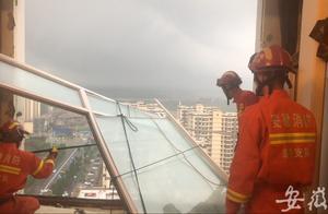 25楼落地窗被大风吹脱落 约一半悬在空中