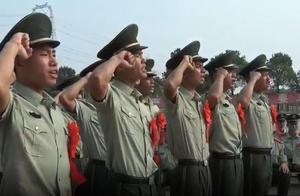 夕阳下的退役仪式:交武器卸戎装 命令下达后武警老兵泪洒演兵场