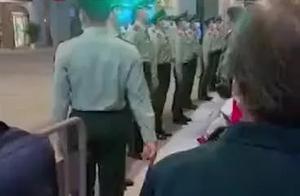 奶奶偷偷去上海外滩看执勤孙子,一个动作让人瞬间泪目……