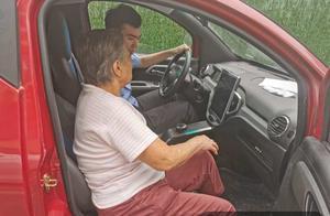 85岁阿太迷路了,暖心警察小哥哥送回家