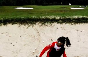 陆毅一家四口打高尔夫,12岁贝儿大长腿吸睛,瘦似麻杆让人担忧