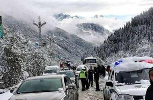 四川松潘突降大雪 交警全力保障车辆通行安全