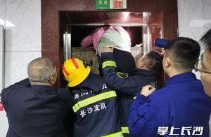 19人被困电梯,消防员撬开轿厢抱出被困者