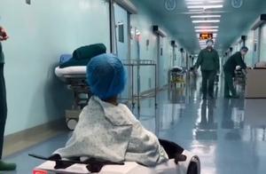 暖心!为了安抚孩子情绪,医院用玩具车接孩子进手术室