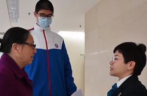 四川14岁男孩身高221厘米,不是巨人症,3岁就1米5了