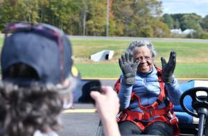 美国102岁女兵首次跳伞圆梦 自称受前总统老布什启发