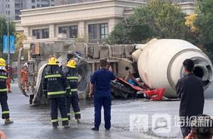 私家车与水泥搅拌车发生事故被压扁