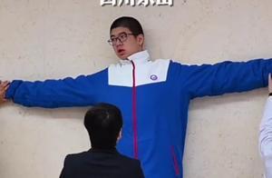 惊呆!14岁男孩身高221厘米,挑战吉尼斯世界纪录