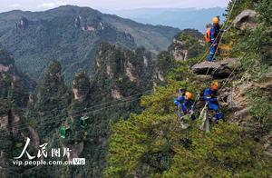 湖南张家界:行走绝壁捡垃圾 保护生态环境
