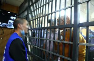 隔着铁窗,小伙与失散18年的父母相认,场面太泪目了