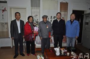 """合肥老兵获颁""""中国人民志愿军抗美援朝出国作战70周年""""纪念章"""
