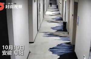 民警宾馆查房有人从门缝塞来小卡片,开门后当场抓获!网友:自投罗网