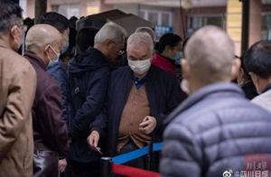 """四川知名医院取消现场挂号,老人:""""不能把我们拒之门外啊"""""""