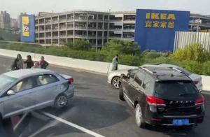"""中环近宝山宜家发生一起四车事故,一辆车被撞得""""四脚朝天"""""""