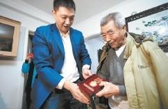 丢失纪念章31小时后 老人获赠新奖章