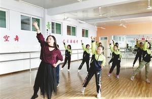小学女教师自编健身舞蹈,火了