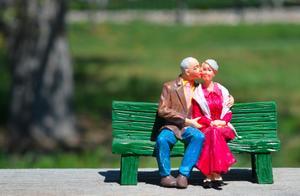 101岁老人与保姆登记结婚,不到一年坚决要离!原因让人意外…