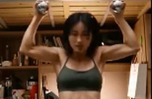 厉害!大学女生宿舍健身练出8块腹肌:平时喜欢喝奶茶吃火锅