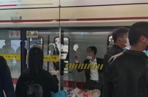 上海地铁晚高峰一男子被夹屏蔽门和列车中,所幸被救没受伤
