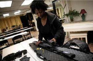 """现在美国人自保只能靠""""恐慌性购枪""""?"""