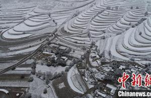 """甘肃多地现""""半框秋色半框雪""""局地面临暴雪或降温考验"""