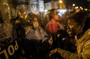 美国费城警察枪杀非裔男子 引发民众持续示威