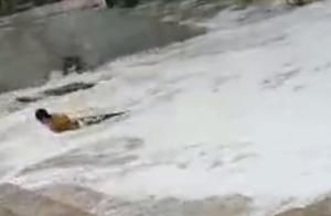 咋想的?母女台风天三亚海边看浪险被卷走,幸亏小哥及时相救