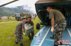 西藏军区:飞跃雪山峡谷将过冬物资运抵边防哨卡