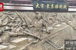 太逼真!小伙假扮铜人贴浮雕壁画上,有游客通过汗滴辨认出是真人