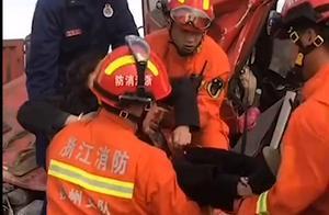 最有力的拥抱!消防员摔倒仍稳抱被困者,网友:最有安全感的抱抱