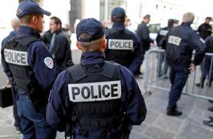 法国里昂一男子街头持30公分长刀 臆想有人命他去杀人