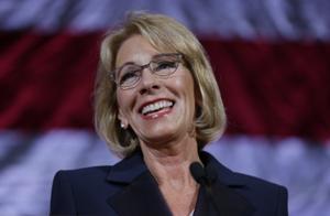 美媒:美国教育部长德沃斯辞职