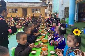 """贵州一幼儿园让孩子学""""敬酒""""?当地教育局:是喝白开水"""