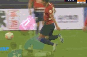 媒体人:杨旭刚出场就已骨折,咬牙又踢了20分钟