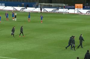 韩国主裁判罚惹的祸?武汉卓尔教练组冲进场地示意球员退赛
