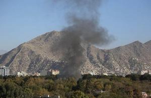 阿富汗喀布尔大学发生枪击事件,22人死亡,爆炸烟雾在远处清晰可见