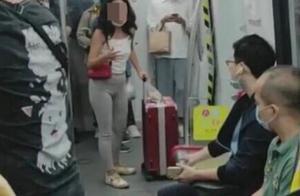 女子地铁里丢瓜子壳,被提醒后用英文回怼
