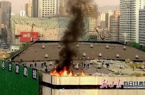 兰州体育馆施工楼顶着火 消防迅速灭火