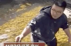 爸爸赤脚下水捞玻璃渣 原因让网友点赞