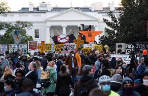 美国大选 特朗普和拜登支持者街头抗议,为继续抑或停止计票