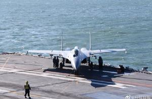 """燃爆!海军首批""""生长模式""""舰载战斗机飞行员成功着舰"""