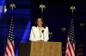 """哈里斯刚刚以""""当选副总统""""身份发表全国讲话:你们为美国开创了新的一天"""